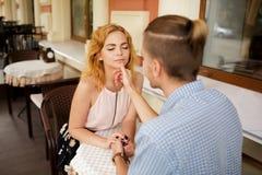 Couples au café passant le temps ensemble photographie stock libre de droits