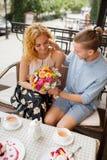 Couples au café passant le temps ensemble Photo libre de droits