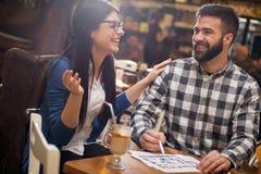 Couples au café regardant les croquis de mise au point photo stock