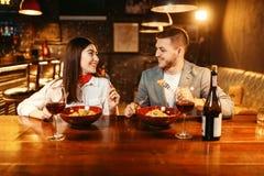 Couples au compteur en bois de barre, dîner romantique photos libres de droits