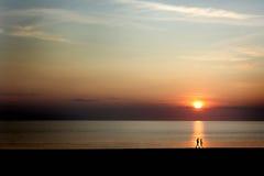 Couples au coucher du soleil Photographie stock libre de droits