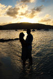Couples au coucher du soleil Image libre de droits