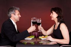 Couples au dîner romantique dans le restaurant Image stock