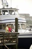 Couples au dock. Photographie stock