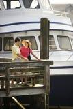 Couples au dock regardant l'un l'autre. Photographie stock libre de droits