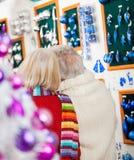 Couples au magasin de Noël Image libre de droits