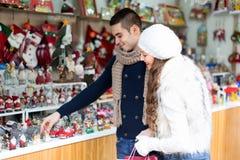 Couples au marché de Noël Image libre de droits