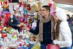 Couples au marché de Noël Image stock