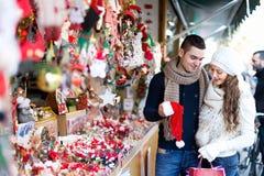 Couples au marché de Noël Images stock