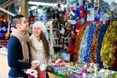 Couples au marché de Noël Photo stock