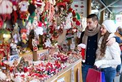 Couples au marché de Noël Photo libre de droits