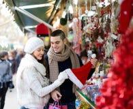 Couples au marché de Noël Photographie stock libre de droits