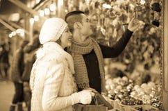 Couples au marché de Noël Images libres de droits