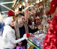 Couples au marché de Noël Photos stock