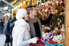 Couples au marché de Noël Photographie stock