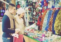 Couples au marché de Noël Photos libres de droits