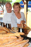 Couples au marché local Image stock