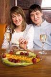 Couples au restaurant Photographie stock libre de droits