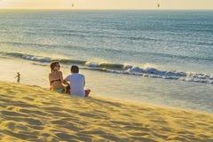 Couples au sommet de dune à la plage de Jericoacoara Photographie stock libre de droits
