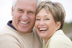Couples au sourire de plage Photographie stock libre de droits