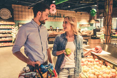 Couples au supermarché photos stock