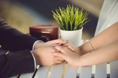 Couples au Tableau avec le vase à herbe Photos libres de droits