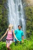 Couples augmentant à la cascade Images libres de droits