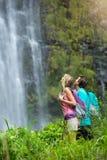 Couples augmentant à la cascade Images stock