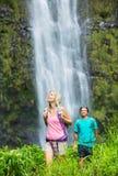 Couples augmentant à la cascade Photo libre de droits