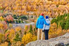 Couples augmentant au bluff de l'artiste en automne images stock