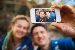 Couples augmentant dans la forêt Photo stock