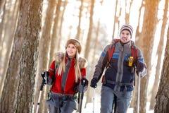 Couples augmentant en hiver sur la montagne Image libre de droits