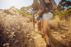 Couples augmentant en montagne photographie stock