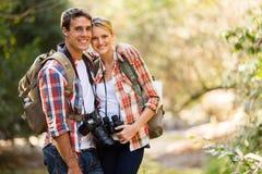 Couples augmentant la montagne Photo libre de droits