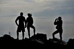 Couples augmentant sur des roches prenant la photo Photo stock