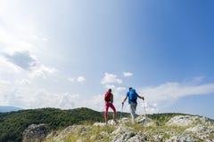 couples augmentant sur la montagne Image libre de droits