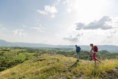 couples augmentant sur la montagne Images libres de droits