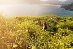 Couples augmentant vers le littoral Photos stock