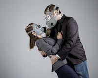 Couples aux masques de gaz Photographie stock