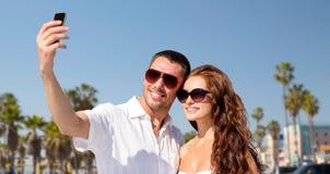 Couples aux nuances faisant le selfie au-dessus de la plage de Venise Images stock