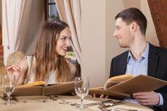 Couples avant de passer une commande photos stock