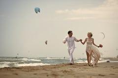 Couples avec du charme Couples courants de mariage sur la plage Photographie stock