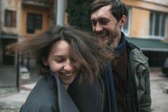 Couples avec du charme dans une robe descendant la rue photo libre de droits