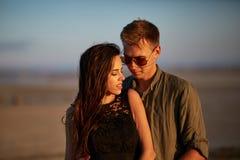 Couples avec du charme sur un fond naturel Ami et amie dans l'amour Concept d'amour et de soin Photos stock