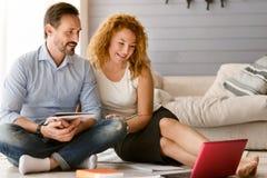 Couples avec plaisir appréciant le travail indépendant à la maison Images stock