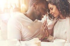 Couples avec plaisir heureux appréciant étant ensemble Photographie stock