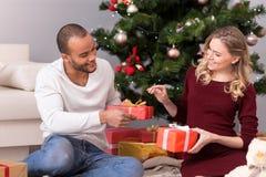Couples avec plaisir positifs échangeant leurs présents photographie stock libre de droits