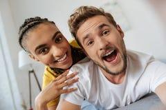 Couples avec plaisir positifs montrant leurs dents Photo stock