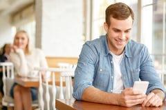 Couples avec plaisir se reposant dans le café Image stock