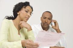 Couples ayant affaire avec un Bill Image stock